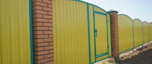 Профнастил НС-21 сторона А применение на забор желтый